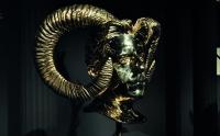 Des bronzes luisants dans la pénombre